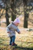 Verticale de petite fille mignonne photographie stock libre de droits