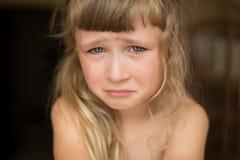 Verticale de petite fille pleurante images libres de droits