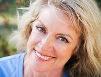 Verticale de plan rapproché - beauté blonde mûre Photos libres de droits