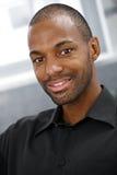 Verticale de plan rapproché d'homme de couleur de sourire Photo libre de droits