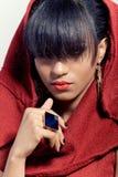 Verticale de plan rapproché d'un beau femme dans le capot rouge Photo libre de droits