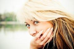 Verticale de plan rapproché d'un beau jeune femme Photographie stock libre de droits