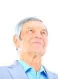 Verticale de plan rapproché d'un homme supérieur intelligent souriant sur le backgrou blanc Image libre de droits