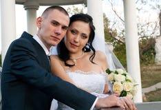 Verticale de plan rapproché d'un jeune couple marié Photos stock