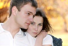 Verticale de plan rapproché d'un jeune couple mignon Photo stock