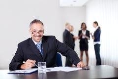 Verticale de plan rapproché d'un sourire d'homme d'affaires intelligent Photographie stock libre de droits