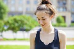 Verticale de plan rapproché d'un sourire heureux de jeune femme image stock