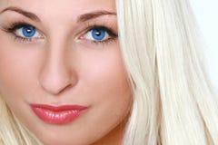 Verticale de plan rapproché d'une belle blonde aux yeux bleus Photo libre de droits