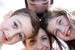 Verticale de plan rapproché d'une famille heureuse en cercle Photos libres de droits