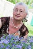 Verticale de plan rapproché d'une femme âgée de sourire Photographie stock libre de droits