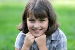 Verticale de plan rapproché d'une fille âgée de neuf ans photo stock