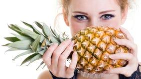 Verticale de plan rapproché de belle femelle avec le pineapp Photographie stock libre de droits