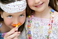 Verticale de plan rapproché de deux soeurs de petite fille Images stock