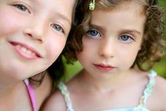 Verticale de plan rapproché de deux soeurs de petite fille Photographie stock libre de droits