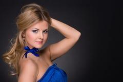 Verticale de plan rapproché de femme de mode avec la proue bleue image stock