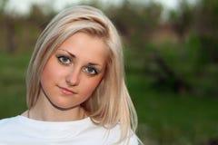 Verticale de plan rapproché de jeune belle blonde Image libre de droits