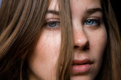 Verticale de plan rapproché de jeune femme Photo libre de droits
