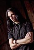 Verticale de plan rapproché de jeune homme beau aux cheveux longs Photo stock