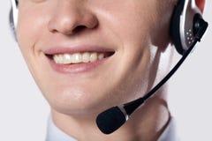 Verticale de plan rapproché de jeune homme de sourire d'affaires avec l'écouteur Photo stock