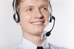 Verticale de plan rapproché de jeune homme de sourire d'affaires avec l'écouteur Photo libre de droits