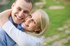 Verticale de plan rapproché de jeunes couples attrayants. Image libre de droits