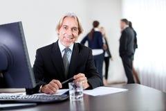 Verticale de plan rapproché de la séance confiante d'homme d'affaires Image libre de droits