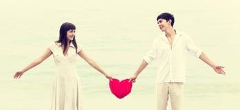 Verticale de plan rapproché des couples heureux   Photo libre de droits