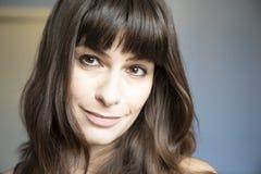 Verticale de plan rapproché de jeune femme Caucasien avec de longs cheveux bruns et coups photographie stock libre de droits