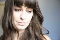 Verticale de plan rapproché de jeune femme Caucasien avec de longs cheveux bruns et coups images stock