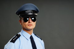 Verticale de policier dans l'uniforme Photographie stock libre de droits