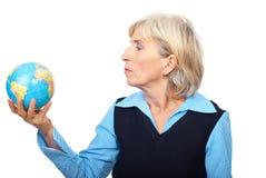 Verticale de prise aînée un globe Photo libre de droits
