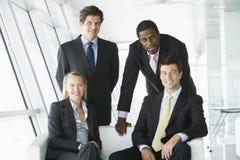 Verticale de quatre hommes d'affaires dans le bureau Image libre de droits