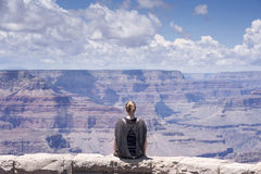 Verticale de repos de femme de randonneur de canyon grand Image stock