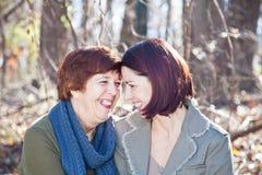 Verticale de rire la mère et le descendant adultes Image stock