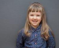 Verticale de rire la petite fille photo libre de droits