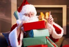 Verticale de Santa avec la pile des cadeaux de Noël Images stock