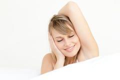 Verticale de se réveiller avec du charme de femme Image libre de droits