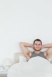 Verticale de se réveiller heureux d'homme Photos libres de droits