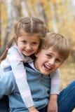 Verticale de soeur et de frère à l'extérieur Image libre de droits