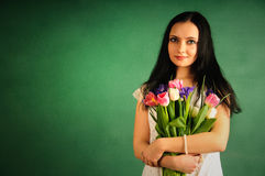 Verticale de source d'une femme avec des tulipes Image libre de droits
