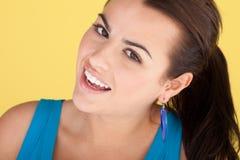 Verticale de sourire de brunette Photographie stock libre de droits