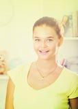 Verticale de sourire de fille photo stock