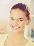 Verticale de sourire de fille images stock