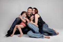 Verticale de sourire heureuse de famille images stock