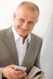 Verticale de sourire mûre de téléphone de prise d'homme d'affaires Photographie stock libre de droits