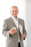 Verticale de sourire mûre de téléphone de prise d'homme d'affaires Photos stock