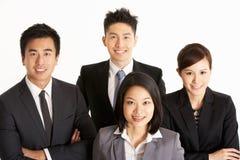 Verticale de studio d'équipe chinoise d'affaires Photographie stock