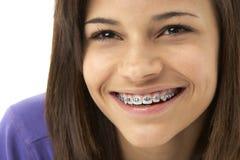 Verticale de studio d'adolescente de sourire Photographie stock libre de droits
