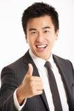 Verticale de studio d'homme d'affaires chinois Image libre de droits