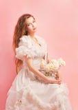 Verticale de studio d'un jeune et beau femme Photos libres de droits